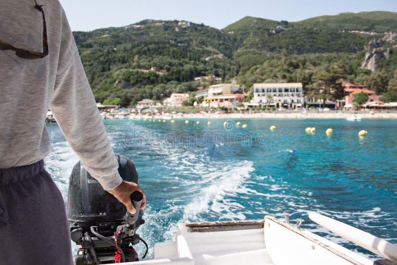 从汽艇的看法到天蓝色的海的波浪 免版税图库摄影