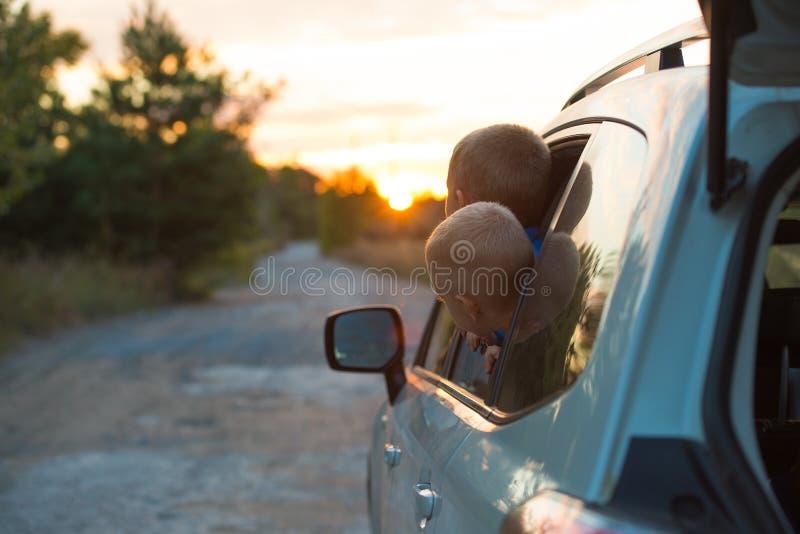 从汽车的两个兄弟看日落 图库摄影