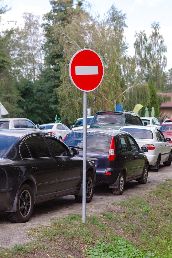 从汽车的交通堵塞在高速公路和标志:词条被禁止 免版税库存照片