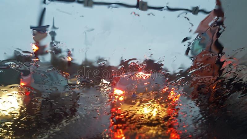 从汽车的多雨城市 免版税库存照片