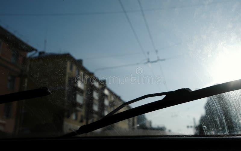 从汽车的看法到城市 在肮脏的挡风玻璃的焦点 库存图片