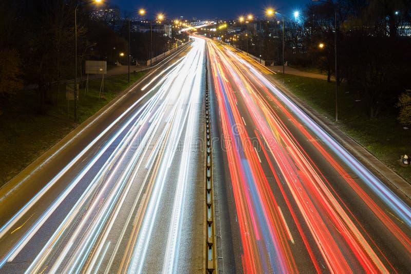 从汽车通行的速度线在高速公路 免版税库存图片