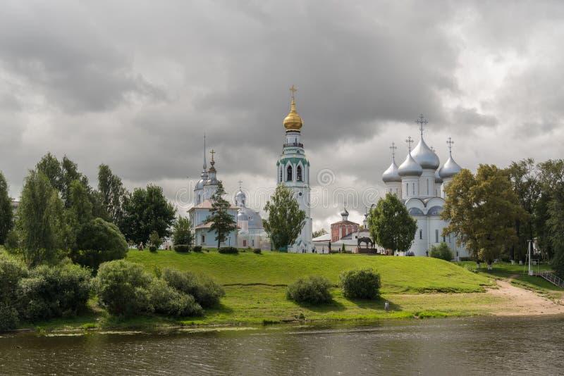 从沃洛格达州河的看法钟楼的,亚历山大・涅夫斯基和圣徒索非亚大教堂,沃洛格达州教会  免版税库存图片