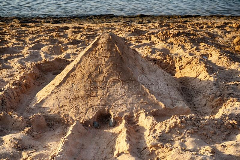 从沙子的金字塔 免版税库存照片