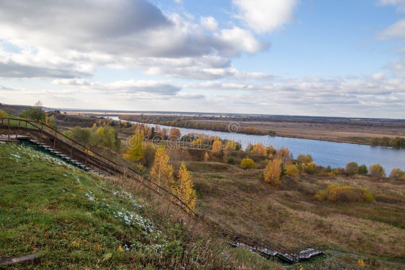 从河Oka的小山的看法Yesenin ` s美好的秋天风景诞生的  免版税库存图片