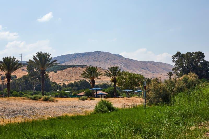 从沿海小条的加利利海视图到山和棕榈树7月 库存图片
