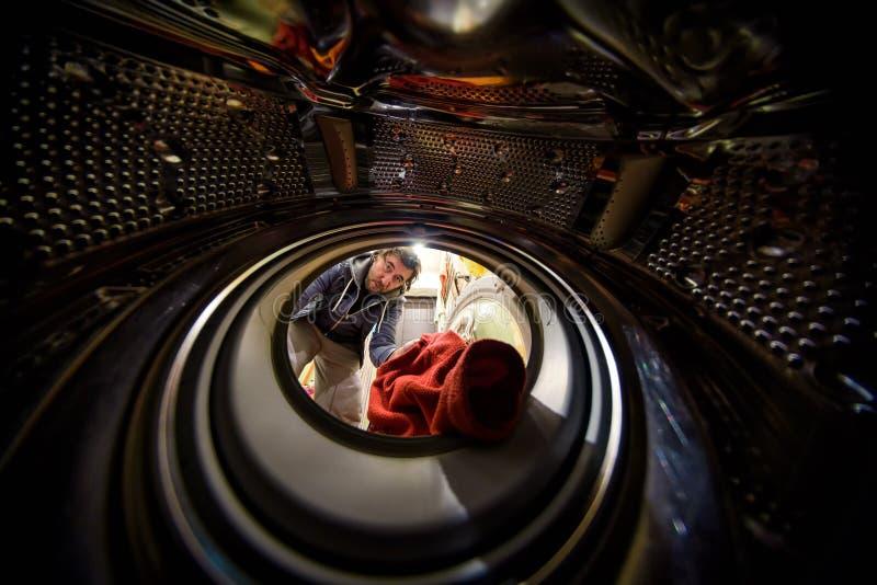从洗衣机的里面的看法 免版税图库摄影