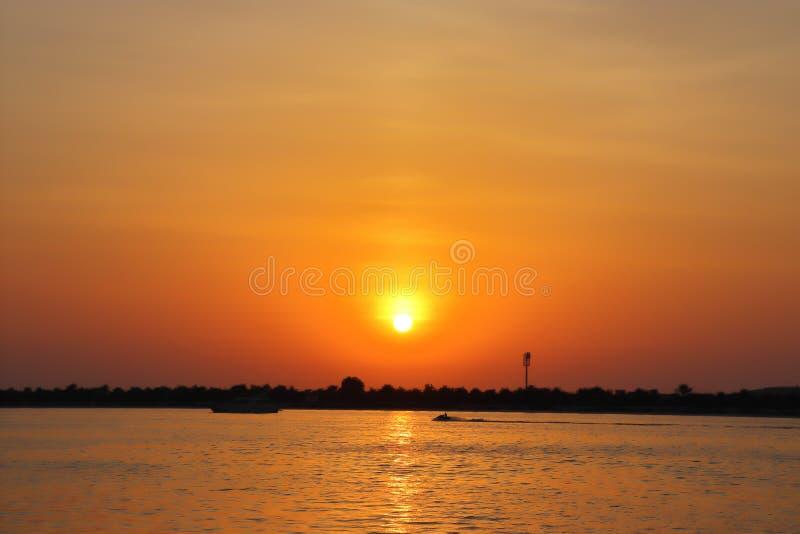 从海岸的日落视图 免版税库存照片