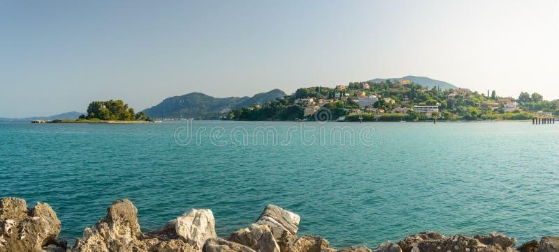 从海岸的科孚岛,克基拉岛视图在Pontikonisi海岛上的Pantokrator教会  免版税图库摄影
