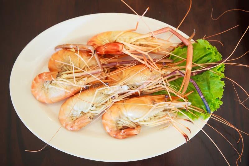 从海市场,在木表背景的新鲜的鲜美开胃煮熟的老虎大虾的蒸的海鲜 食物,营养,过敏, 库存照片
