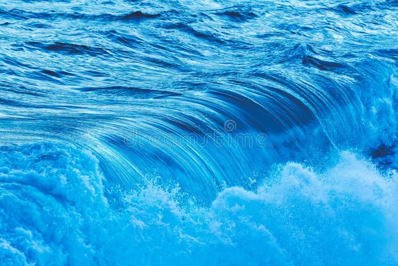 从海洋的大波浪 免版税库存照片