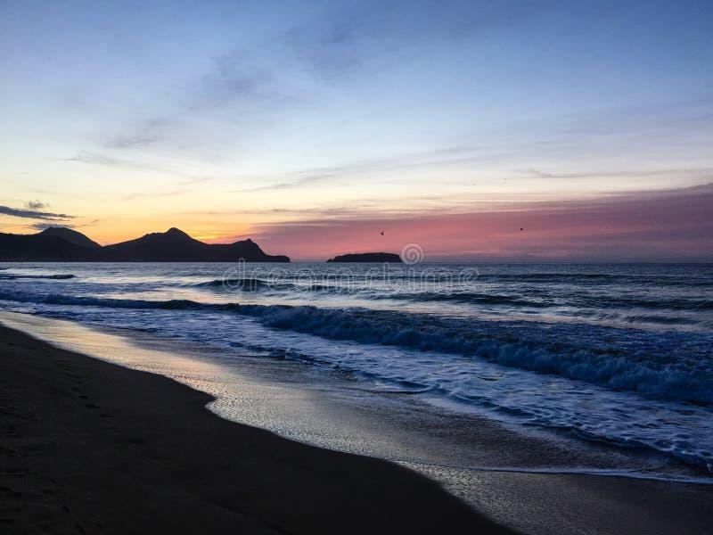 从海滩的日出在维拉Baleira,圣港岛 免版税图库摄影