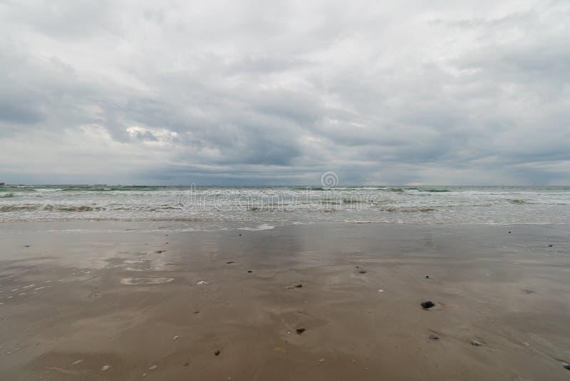从海滩的海在风暴天空下 免版税库存图片