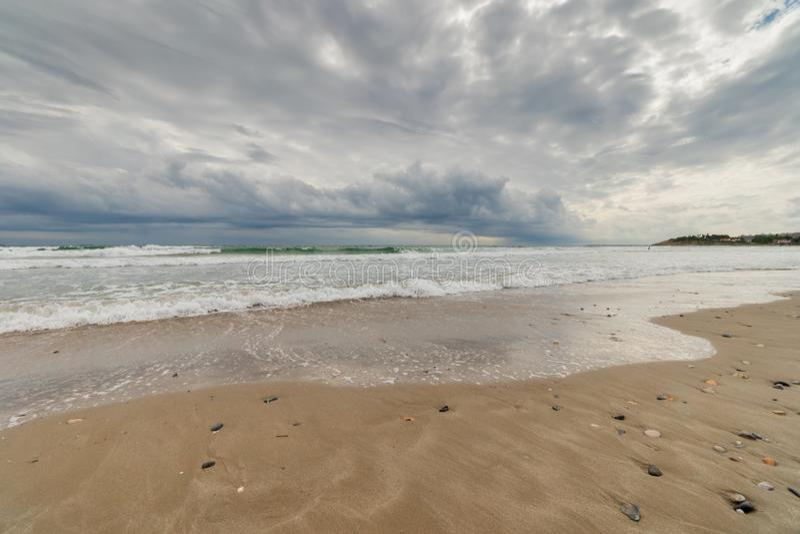 从海滩的海在风暴天空下 库存图片