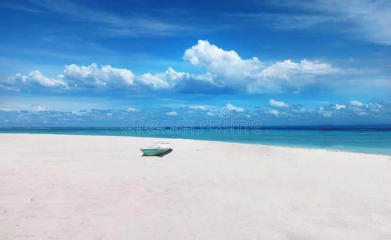 从海滩的美丽的景色在伦邦岸岛海岛,巴厘岛.