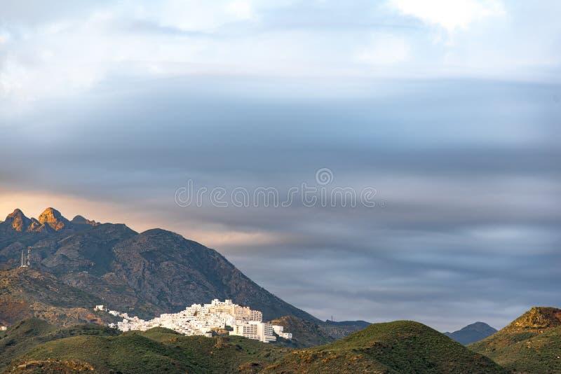 从海滩看见的莫哈卡尔老摩尔人村庄,位于多山小山 免版税库存照片