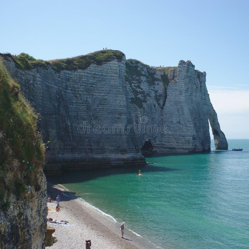从海滩看见的Etretat峭壁 库存照片