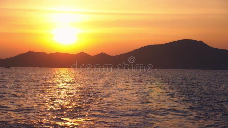 从海的看法到在日落,海景期间的海岛 库存图片