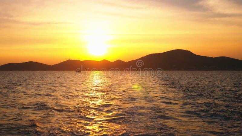 从海的看法到在日落,海景期间的海岛 免版税库存图片