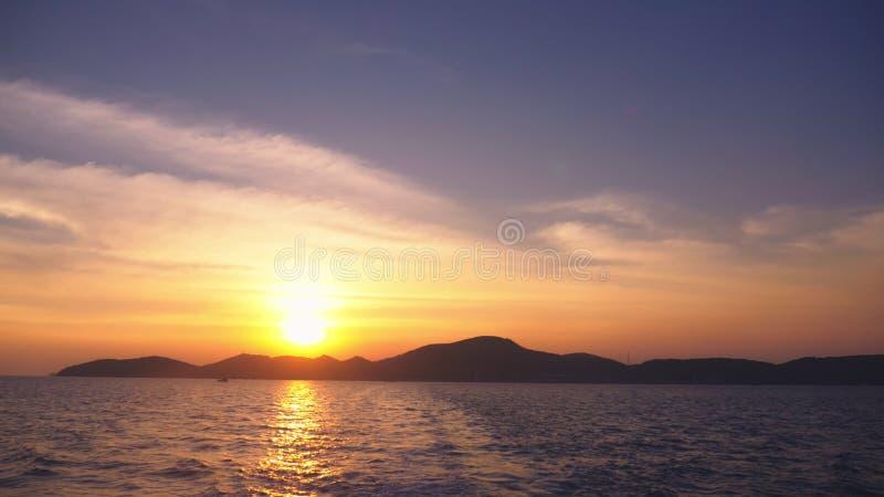 从海的看法到在日落,海景期间的海岛 库存照片
