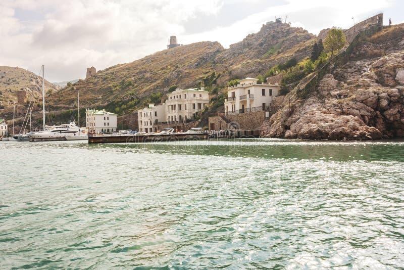 从海的看法向Balaklava古镇,老被破坏的大厦 库存图片