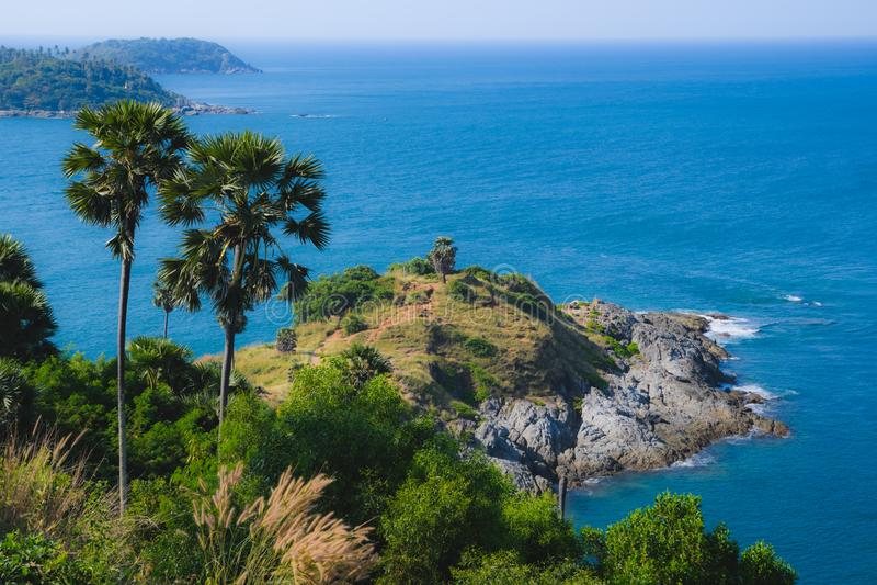 从海角Promthep的看法在棕榈和海 免版税图库摄影