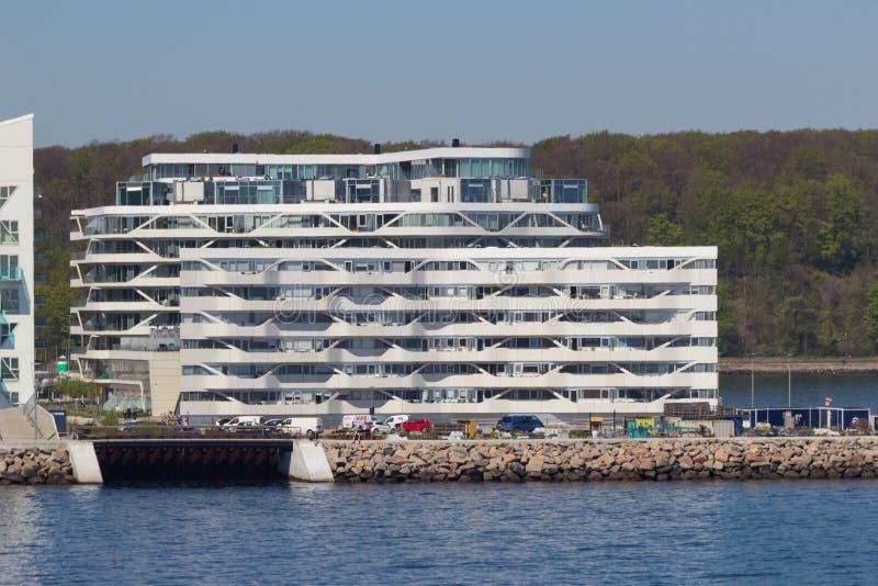 从海边的看法到住宅复杂Isbjerget在奥尔胡斯,丹麦 库存图片
