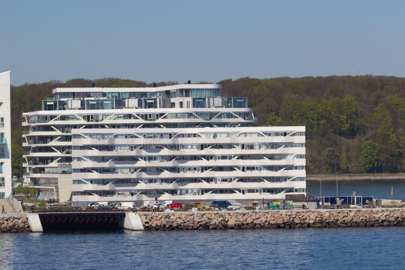 从海边的看法到住宅复杂Isbjerget在奥尔胡斯,丹麦 库存照片