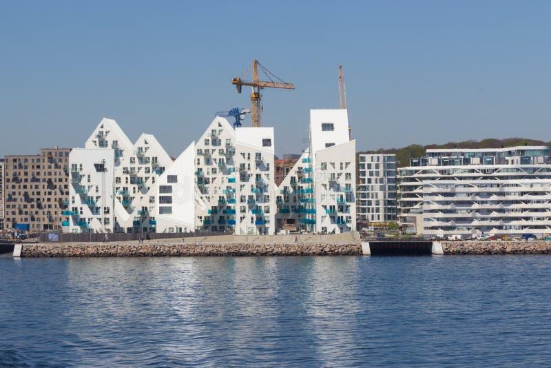 从海边的看法到在A的住宅复杂Isbjerget 库存照片