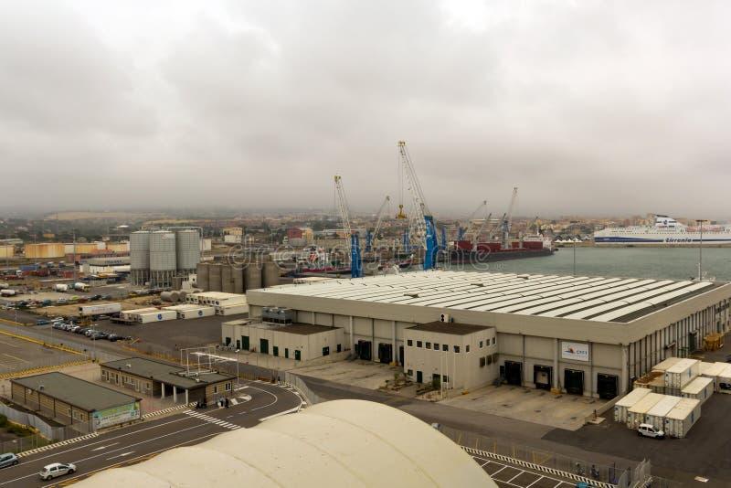 从海运的巡航水手的Civitavecchia端口 编辑类照片
