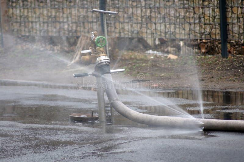 从消防栓的水 免版税图库摄影
