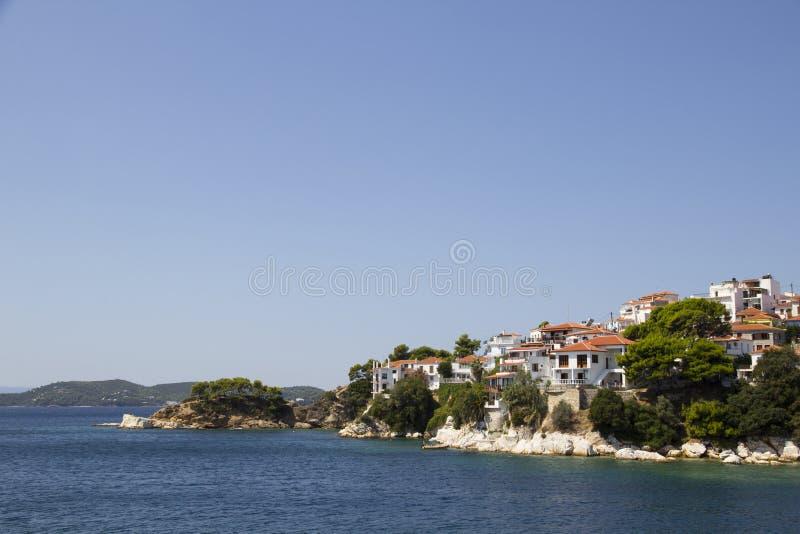 从港口看的斯基亚索斯岛海岸线,斯基亚索斯岛镇,希腊,2017年8月18日 免版税图库摄影
