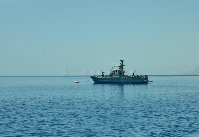 从游艇的看法到守卫边界的开放红海和船 库存图片