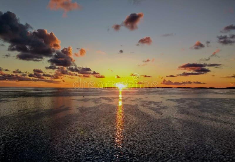 从游轮在途中观看的日出对百慕大 库存照片