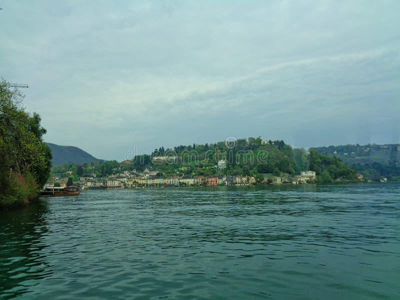 从湖的看法旅馆的 免版税库存照片