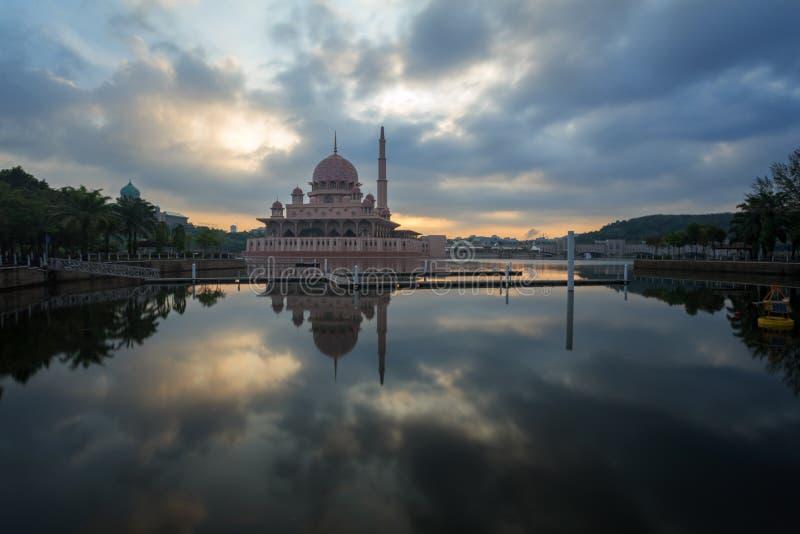 从湖边视图的Putra清真寺 免版税库存照片