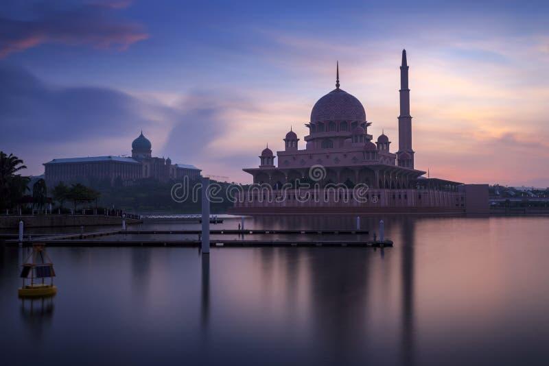 从湖边视图的Putra清真寺 库存照片