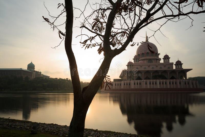 从湖边视图的Putra清真寺 库存图片