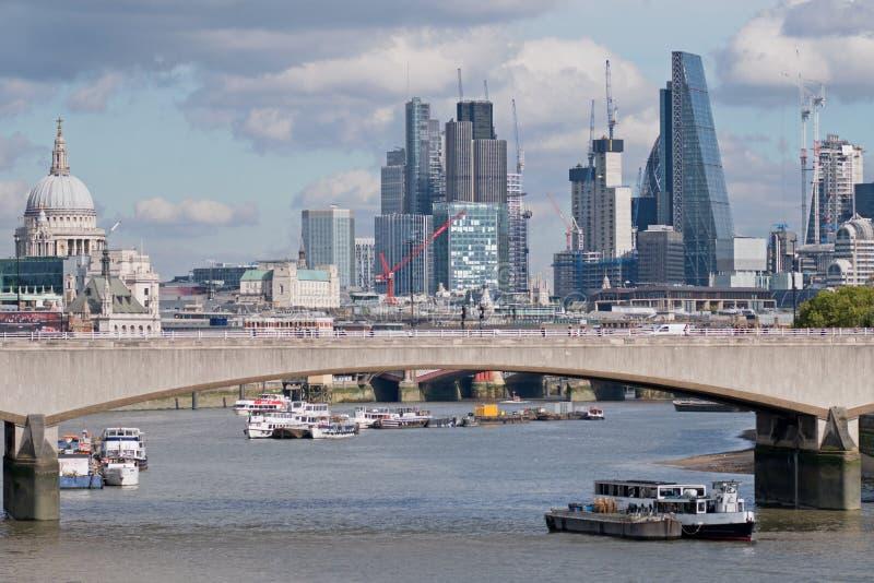 从滑铁卢桥梁的看法在泰晤士 免版税库存图片