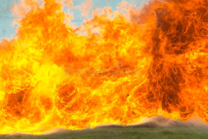 从火焰喷射器的火焰舌头 火背景  免版税库存照片