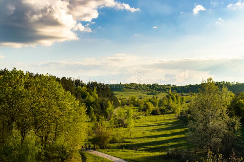 从火车窗口的看法在森林和小山 图库摄影
