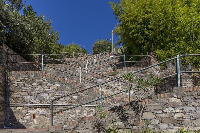 从火车站的陡峭的楼梯到Corniglia,五乡地,利古里亚,意大利小山镇的中心  库存照片