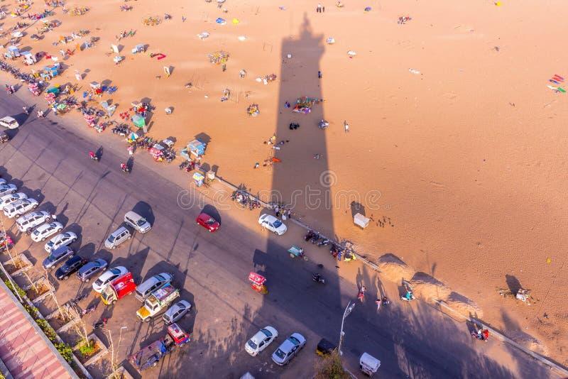 从灯塔和灯塔,小游艇船坞海滩,金奈,印度的阴影的俯视图 2016年1月20日 库存图片