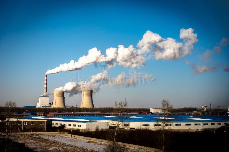 从烟囱的煤电植物工业工厂烟囱在天空原因空气污染和毁坏地球大气 免版税库存图片