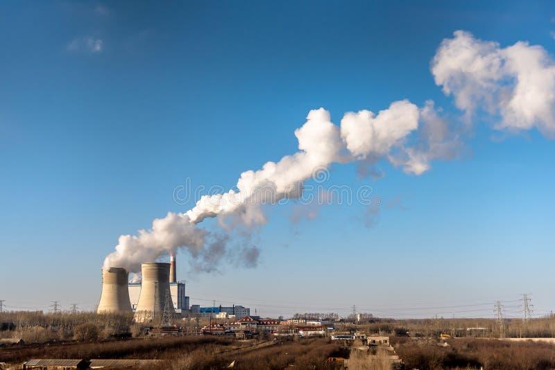 从烟囱的煤电植物工业工厂烟囱在天空原因空气污染和毁坏地球大气 免版税库存照片