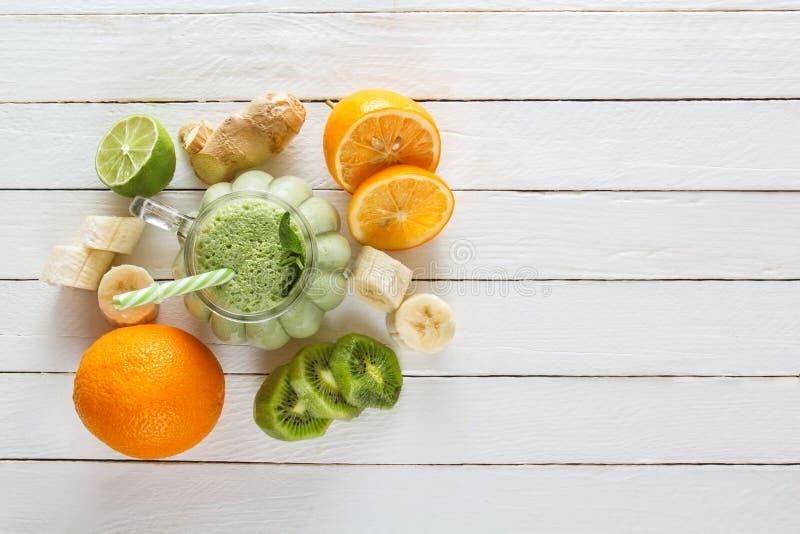 从热带水果、菜、石灰和薄菏的新鲜的奶昔 免版税库存照片