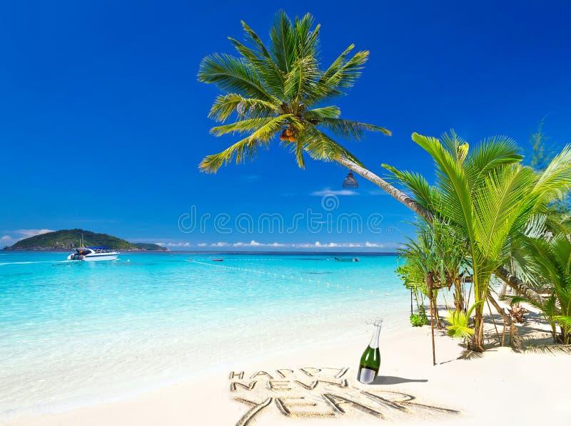 从热带海滩的新年快乐愿望 图库摄影