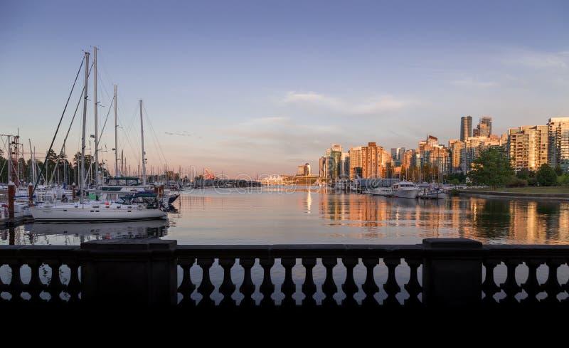 从煤炭港口观看的日落的温哥华市中心 免版税库存照片