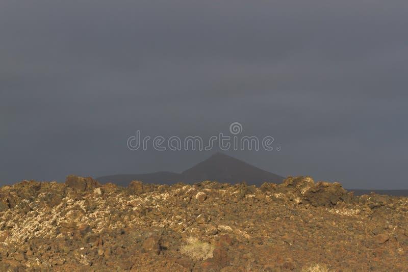 从熔岩流的火山岩 熔岩荒野在Timanfaya国家公园在兰萨罗特岛,加那利群岛,西班牙 免版税库存照片