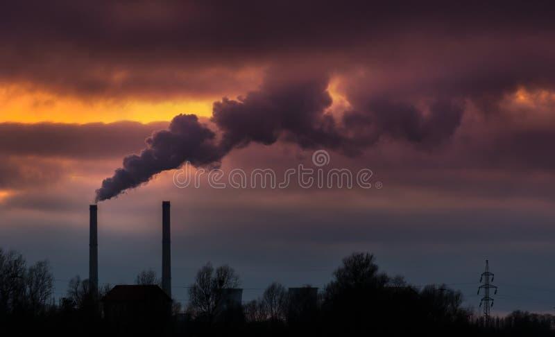 从燃煤发电工厂的浓烟 免版税库存照片
